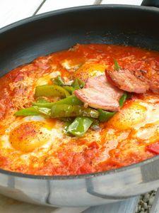 """Oeufs aux tomates, poivrons """"corne de taureau, lardons"""